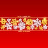 Feliz Navidad y Feliz Año Nuevo Oro hermoso y copos de nieve de plata con brillo y nieve imágenes de archivo libres de regalías