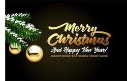 Feliz Navidad, y Feliz Año Nuevo que pone letras a ramas del abeto con las bolas de oro de la Navidad en un fondo negro foto de archivo libre de regalías