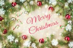 Feliz Navidad y Año Nuevo tipográficos en fondo del día de fiesta con la decoración de Navidad, la rama del árbol de abeto y la n Fotografía de archivo libre de regalías