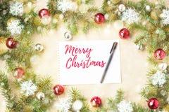 Feliz Navidad y Año Nuevo tipográficos en fondo del día de fiesta con la decoración de Navidad, la rama del árbol de abeto y la n Fotos de archivo