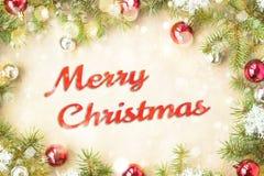 Feliz Navidad y Año Nuevo tipográficos en fondo del día de fiesta con la decoración de Navidad, la rama del árbol de abeto y la n Imagen de archivo libre de regalías
