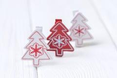 Feliz Navidad y Feliz Año Nuevo Tres árboles de navidad en el fondo blanco Espacio libre Imagen de archivo libre de regalías