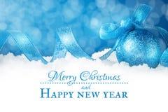 Feliz Navidad y Feliz Año Nuevo Un fondo del ` s del Año Nuevo con las decoraciones del Año Nuevo Tarjeta del ` s del Año Nuevo Imagen de archivo libre de regalías