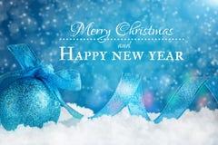 Feliz Navidad y Feliz Año Nuevo Un fondo del ` s del Año Nuevo con las decoraciones del Año Nuevo Tarjeta del ` s del Año Nuevo Fotografía de archivo