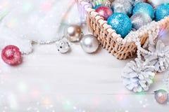 Feliz Navidad y Feliz Año Nuevo Un fondo del ` s del Año Nuevo con las decoraciones del Año Nuevo Tarjeta del ` s del Año Nuevo Foto de archivo