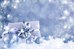 Feliz Navidad y Feliz Año Nuevo Un fondo del ` s del Año Nuevo con las decoraciones del Año Nuevo Tarjeta del ` s del Año Nuevo Imagenes de archivo