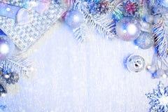 Feliz Navidad y Feliz Año Nuevo Un fondo del ` s del Año Nuevo con las decoraciones del Año Nuevo Tarjeta del ` s del Año Nuevo Imágenes de archivo libres de regalías