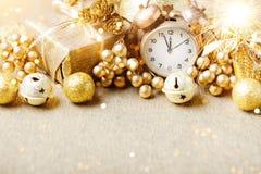 Feliz Navidad y Feliz Año Nuevo Un fondo del ` s del Año Nuevo con las decoraciones del Año Nuevo Tarjeta del ` s del Año Nuevo Fotos de archivo