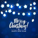Feliz Navidad y Año Nuevo Garland Light Design en fondo azul Fotos de archivo