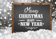 Feliz Navidad y Feliz Año Nuevo en la pizarra en blanco con el bosque de la falta de definición con nieve Fotos de archivo libres de regalías