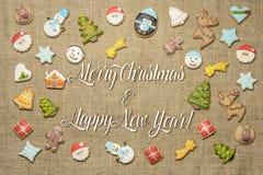 ¡Feliz Navidad y Feliz Año Nuevo! escrito entre las galletas del pan de jengibre Fotos de archivo
