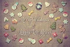 ¡Feliz Navidad y Feliz Año Nuevo! escrito entre las galletas del pan de jengibre imagen de archivo libre de regalías