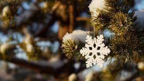 Feliz Navidad y Feliz Año Nuevo Juguete de cristal en el árbol Imagen de archivo