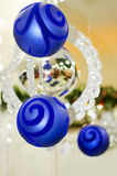 Feliz Navidad y Feliz Año Nuevo, las bolas azules del Año Nuevo Fotografía de archivo libre de regalías