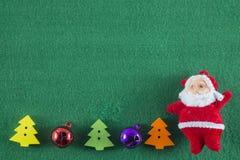 Feliz Navidad y Feliz Año Nuevo, Santa Claus y árboles de navidad en fondo verde Foto de archivo libre de regalías
