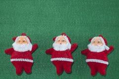 Feliz Navidad y Feliz Año Nuevo, Santa Claus y árboles de navidad en fondo verde Imagen de archivo libre de regalías