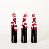 Feliz Navidad y Feliz Año Nuevo Tres botellas de vino Imagenes de archivo