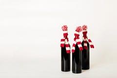 Feliz Navidad y Feliz Año Nuevo Tres botellas de vino Fotos de archivo libres de regalías