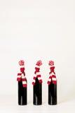 Feliz Navidad y Feliz Año Nuevo Tres botellas de vino en el kni Foto de archivo