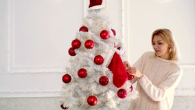 Feliz Navidad y Feliz A?o Nuevo Árbol de navidad adornado mujer feliz del invierno Emoci?n del invierno almacen de metraje de vídeo