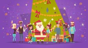 Feliz Navidad y tarjeta de felicitación de la Feliz Año Nuevo con Santa Claus And Group Of People sobre árbol de pino del día de  ilustración del vector