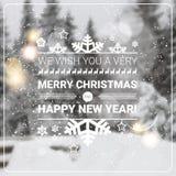 Feliz Navidad y tarjeta de felicitación de las vacaciones de invierno del concepto de la Feliz Año Nuevo sobre Forest Background  Foto de archivo libre de regalías