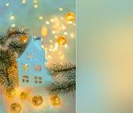 Feliz A?o Nuevo de la tarjeta de felicitaci?n y Feliz Navidad Fondo azul borroso hermoso de la decoración del invierno para el dí foto de archivo