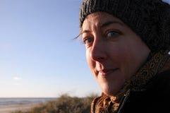 Feliz pelo mar em um dia frio Imagens de Stock Royalty Free