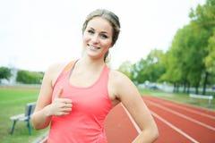 Feliz positivo da jovem mulher do treinamento Fotografia de Stock Royalty Free