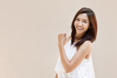 Feliz, positivo, sonriendo, mujer confiada en fondo llano Imagenes de archivo