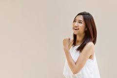 Feliz, positivo, sorrindo, mulher segura no fundo liso Fotografia de Stock