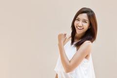 Feliz, positivo, sorrindo, mulher segura no fundo liso Imagens de Stock