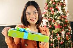 Feliz receber um presente Fotografia de Stock Royalty Free