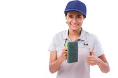 Feliz, sonriendo, limpiador femenino acertado que da el pulgar encima del gestur fotografía de archivo libre de regalías