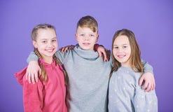 Feliz ter tais bons amigos Amigos dos adolescentes Amizade verdadeira da menina e do menino Caras de sorriso das crian?as na viol fotografia de stock royalty free