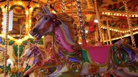 Feliz va el funfair redondo del paseo del caballo del carrusel del parque de atracciones en la feria de la noche almacen de video