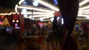 Feliz va la ronda en la noche borrosa almacen de video