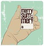¡Feliz verano! Cartel tipográfico del grunge del estilo del vintage del tiempo de verano La mano sostiene una tarjeta de visita I Fotografía de archivo libre de regalías