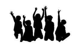 Felizes silhueta assentada cinco crianças Fotografia de Stock Royalty Free