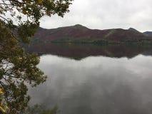 Fells reflektierend in Thirlmere-Reservoir lizenzfreies stockbild