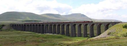Fellsman在Ribblehead高架桥的蒸汽火车 免版税图库摄影