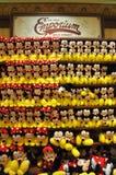Felpa del ratón de Mickey y de Minnie en el almacén de Disney Fotos de archivo libres de regalías