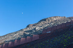 Felsbarriere, zum des Bergsturzes zu schützen Stockbilder