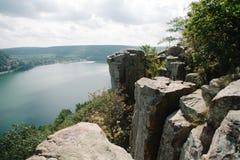 Felsen über dem Schauen von See Lizenzfreie Stockfotografie