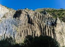 Felsen über Gebirgsfluss Stockbild