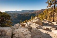 Felsen übersehen zu den Bergen lizenzfreies stockbild