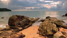 Felsen am aktuellen Strand bei schönem Sonnenuntergang stock video footage
