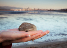 Felsen angehalten in der Palme der Hand der Frau Lizenzfreie Stockfotos
