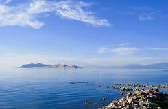 Felsen-Anlegestelle im blauen See Stockfoto