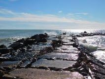 Felsen auf dem Mittelmeer lizenzfreie stockbilder